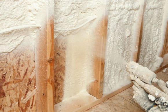 Isoler votre maison avec de la mousse polyuréthane : bonne ou mauvaise pratique